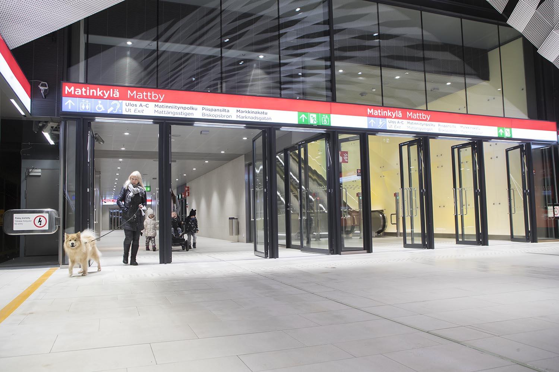 Käynti asemalaiturilta itäisen sisäänkäynnin hisseille ja liukuportaisiin