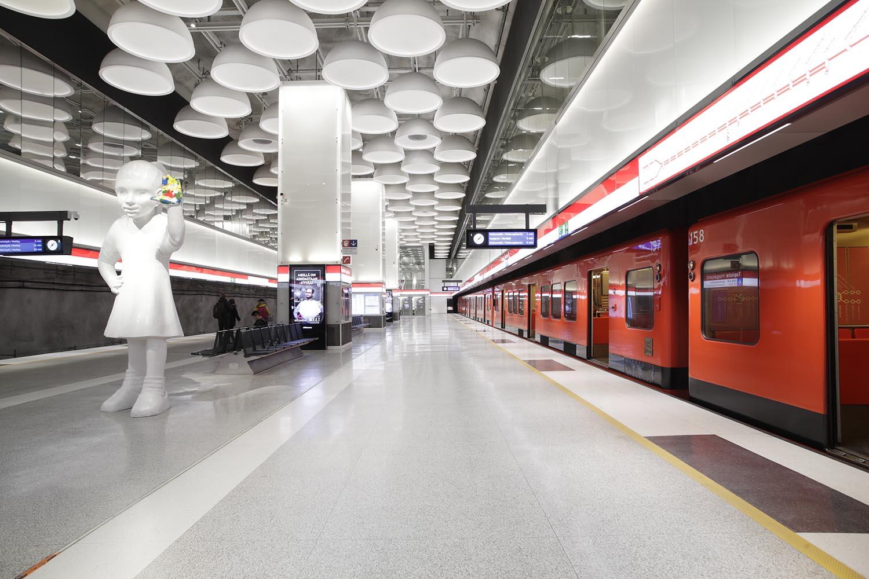 Tapiolan metroaseman asemalaiturilla matkustajia tervehtii