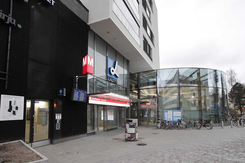 Lauttasaaren metroaseman aisäänkäynti kauppakeskus Lauttiksesta.