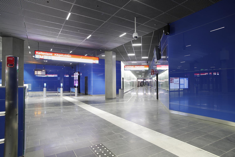 Keilaniemen metroasemalla käynti liukuportaisiin