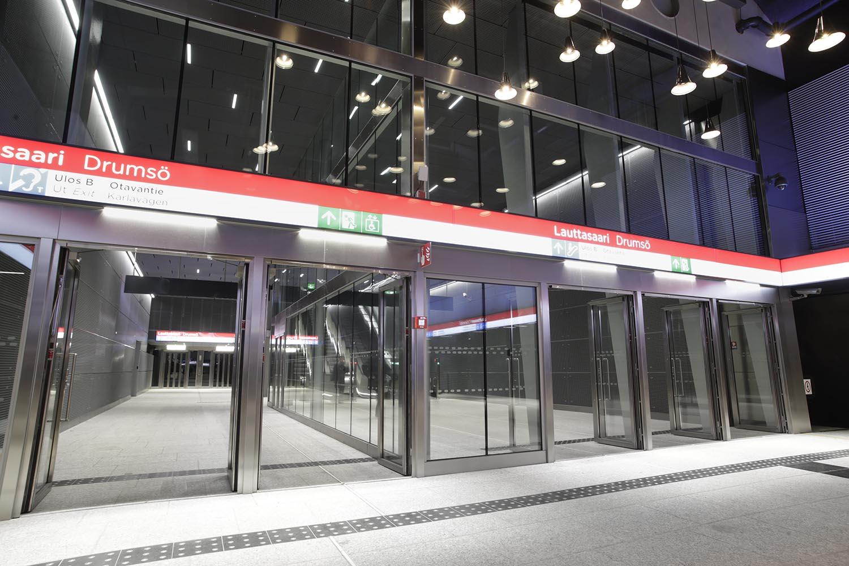 Uloskäynti Lauttasaaren metroaseman metrolaiturilta Otavantielle.
