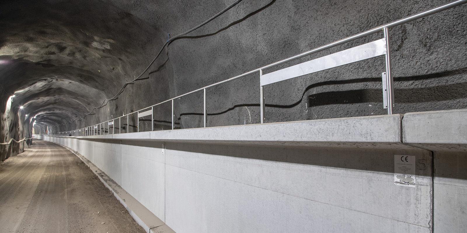 Metrotunnelia, johon ei ole vielä asennettu sepeliä, pölkkyjä ja kiskoja.