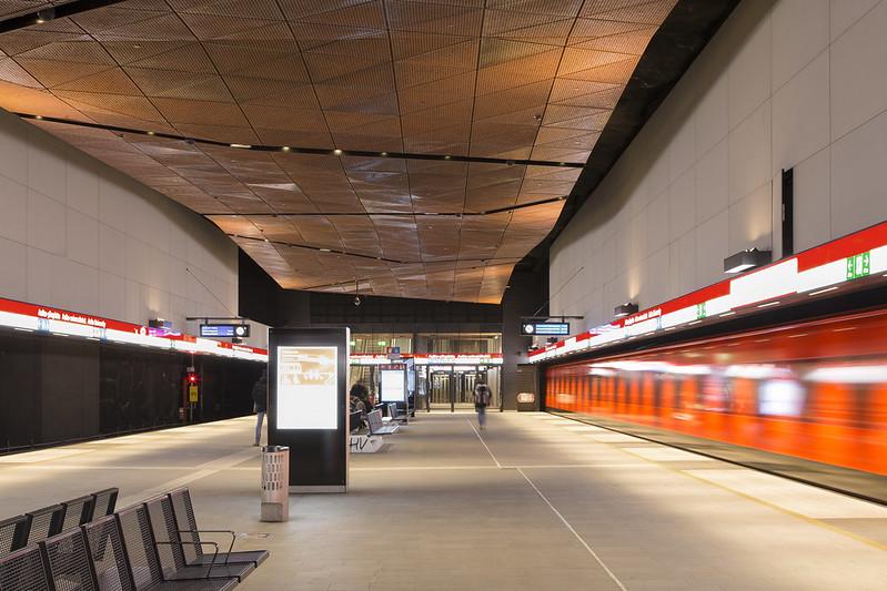 Aalto yliopisto -metroaseman alakatto on Corten-terästä.