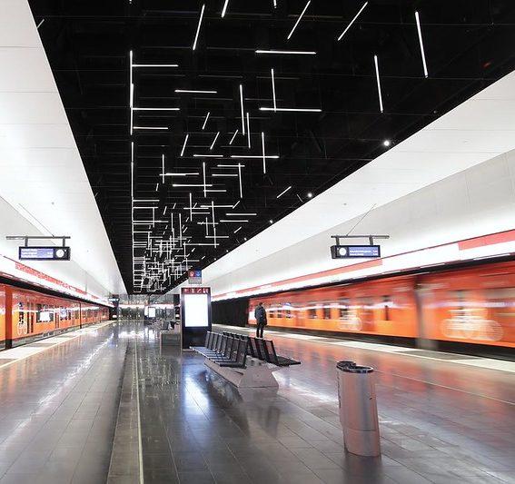 Keilaniemen metroaseman laituritasolla on Grönlund & Nisunen -taiteilijakaksikon valoputkista koostuva taideteos.