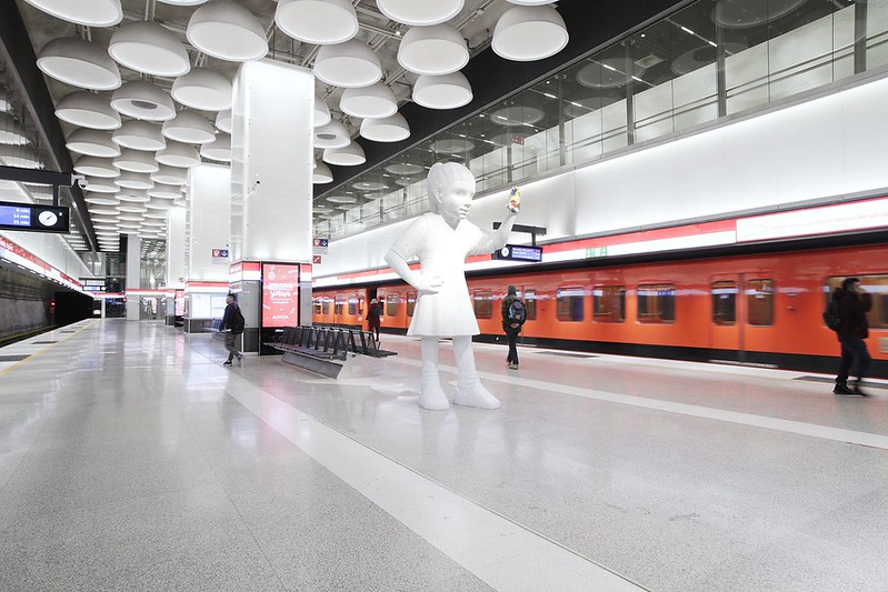 Tapiolan metroaseman metrolaituri. Laiturialueen katosta löytyy 108 valaisinkupua, jotka toimivat akustisena vaimentimena. Laiturilla matkustajia tervehtii Emma-patsas.