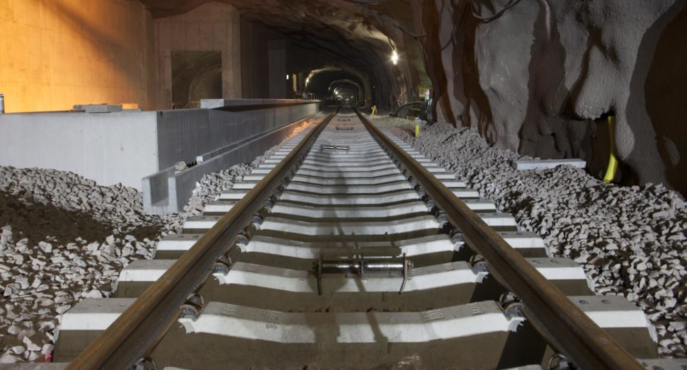 Metrotunneliin on asennettua sepeliä, pölkkyjä ja kiskoja.