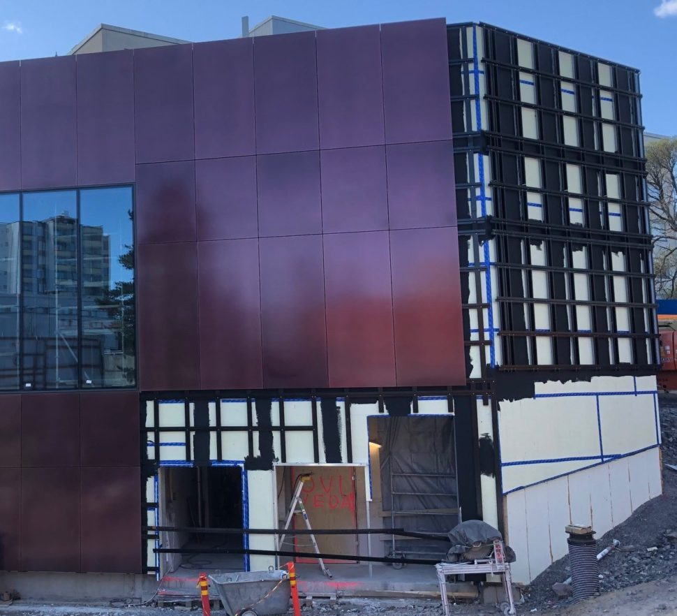 Soukan metroaseman Soukantorin sisäänkäynnillä on jo asennettu julkisivua, joka on erikoismaalattua, väriä vaihtavaa metallilevyä ja lasia.