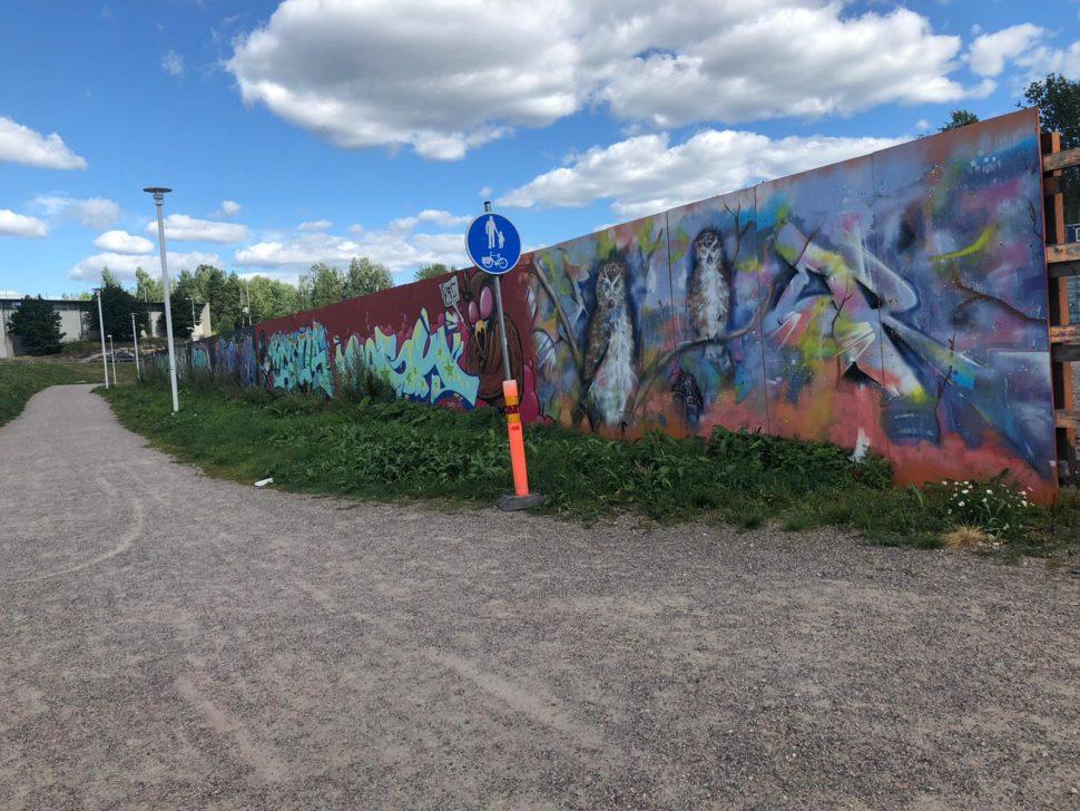 Graffitteja metrotyömaa-aidassa Espoonlahdessa.