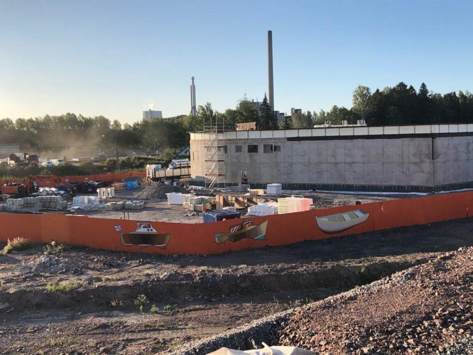 Oranssissa metrotyömaa-aidassa on kolme erilaista venettä.