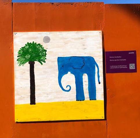 Teoksessa on norsu palmun vieressä.
