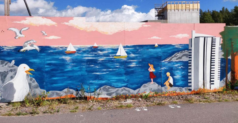 Teos on merimaisema. Rantakalliolla korkean, valkoisen kerrostalon kupeessa on tyttö ja poika, jotka katsovat merelle. Merellä on purjelaivoja. Taivaalla on lokkeja.