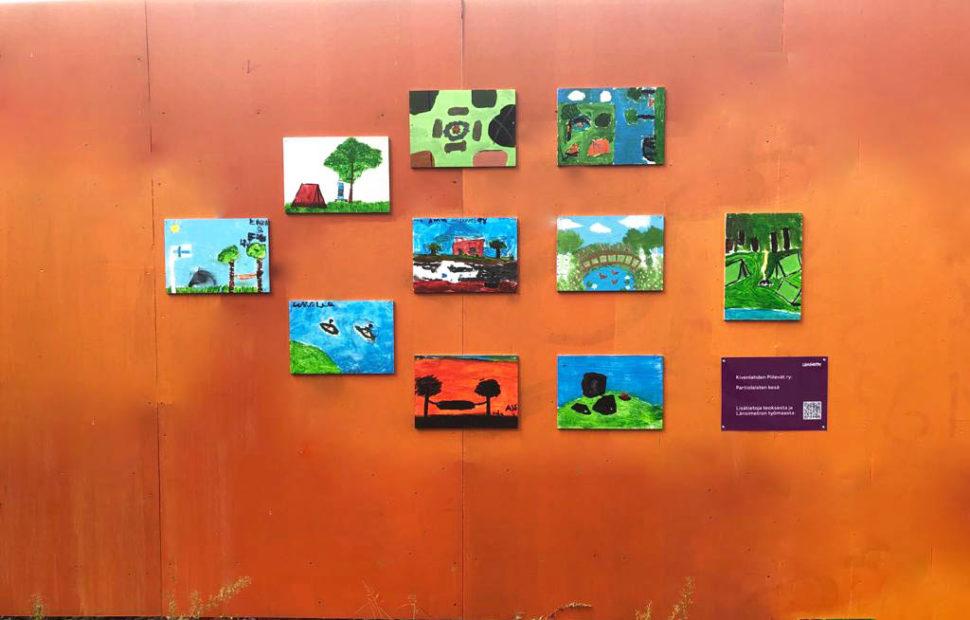 Partiolaisten teos koostuu 10 eri kuvasta. Kuvissa on leiritunnelmia luonnosta. Niissä näkyy mm. taivasta, metsää, vettä.
