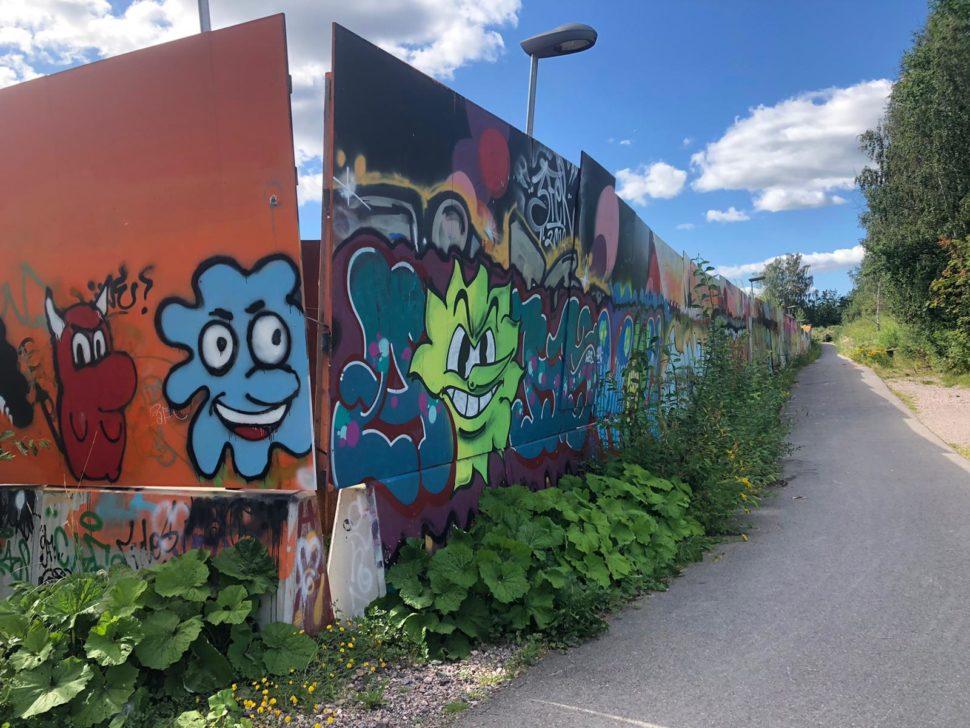 Grafitteja metrotyömaa-aidassa Kivenlahdessa.