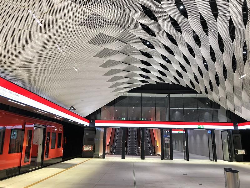 Matinkylän metroaseman metrolaiturilta käynti läntisen sisäänkäynnin liukuportaille ja hisseille