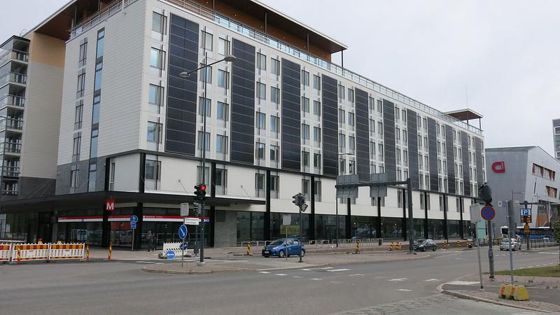Matinkylän metroaseman sisäänkäynti on osoitteessa Suomenlahdentie 9. Sisäänkäynnin yhteyteen avautuu hotelli.