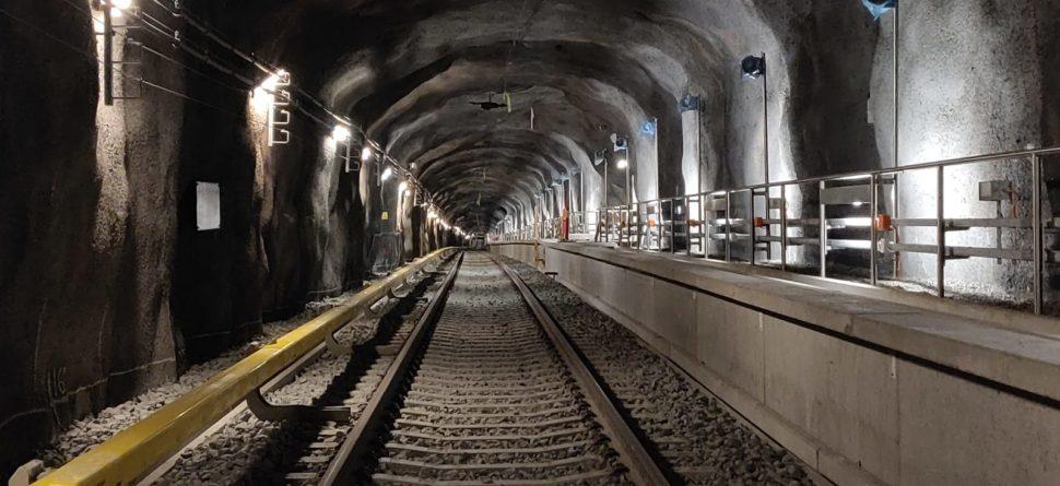 Kuvassa näkyy jo lähes valmista metrorataa metrotunnelissa.