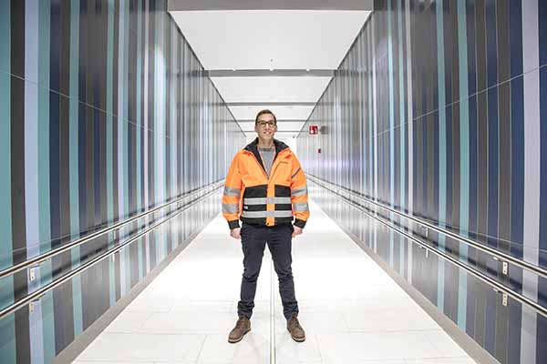 Mies seisoo käytävällä metroaseman tiloissa Matinkylän metroaseman läntisellä sisäänkäynnillä.
