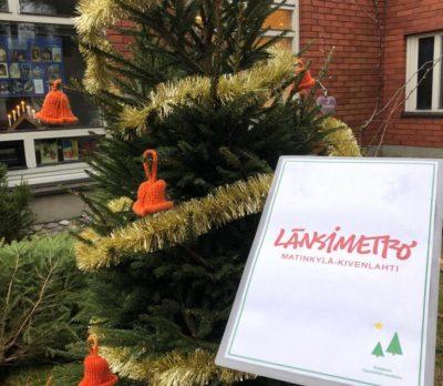 Kuvassa Länsimetron koristelema joulukuusi Soukan kappelin pihalla. Kuusessa kultaista nauhaa ja oransseja kelloja.