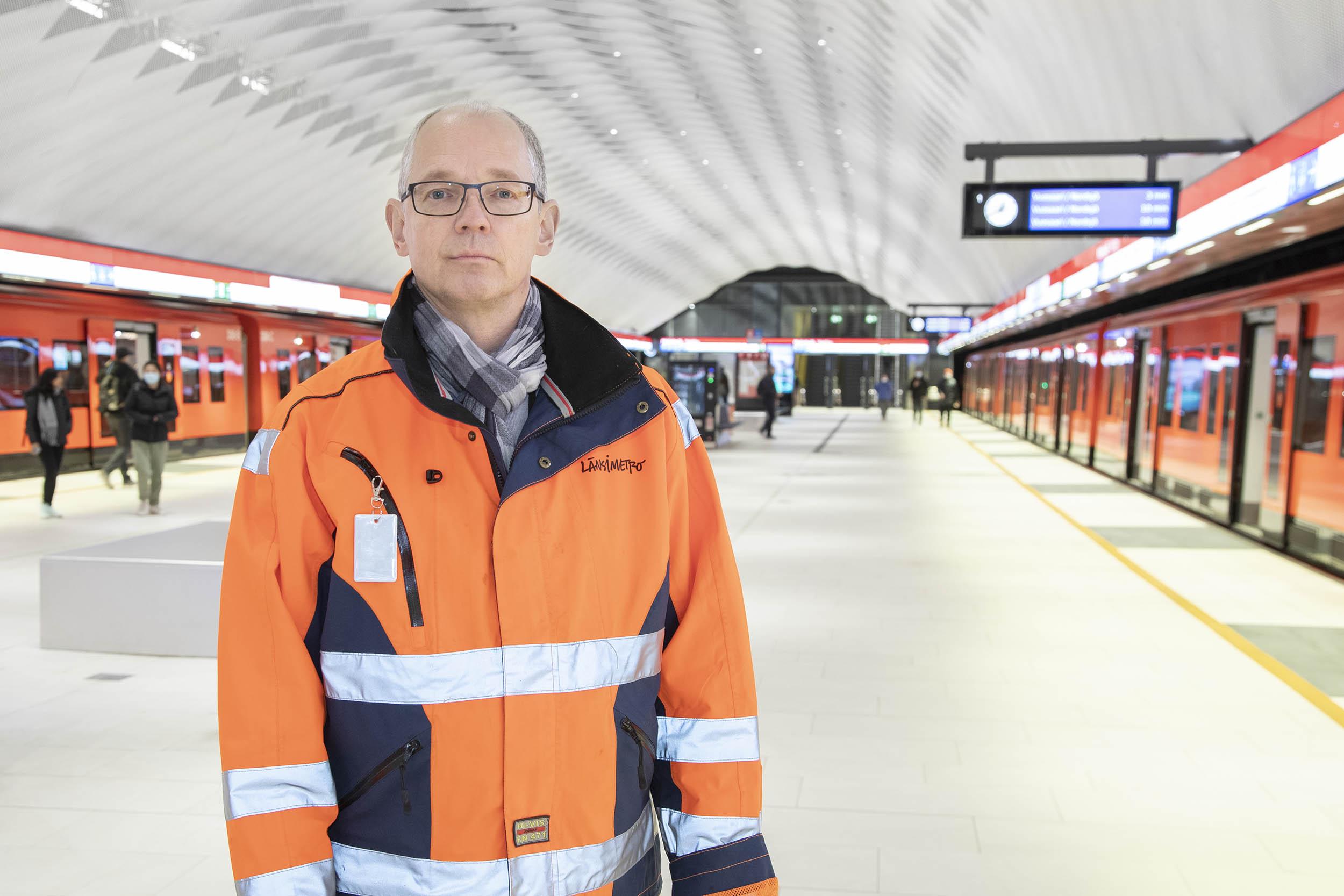Työmaavaatteisiin pukeutunut mies seisoo Matinkylän metroaseman asemalaiturilla.