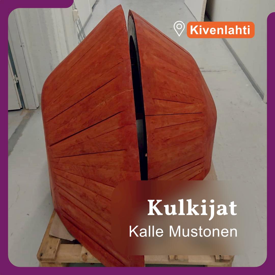 Kuvassa näkyy kaksi oranssia osaa Kalle Mustosen Kulkijat-veistoksesta.