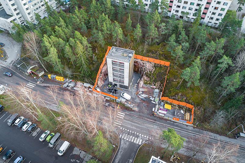 Ilmakuvassa Soukasta näkyy Länsimetron Soukan metroasemaan kuuluva Yläkartanontien tekniikkakuilu.