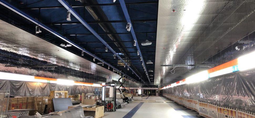 Kuvassa on Kivenlahden metroaseman asemalaturin työmaaalue. Työmaa-alue on suojattu metroradasta muoveilla.