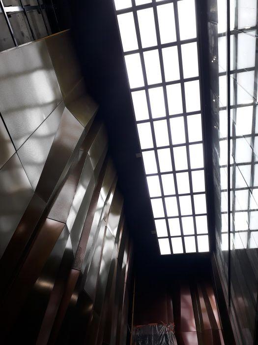 Kuvassa näkyy seinän kallioleikkauksia ja katossa oleva ikkuna.