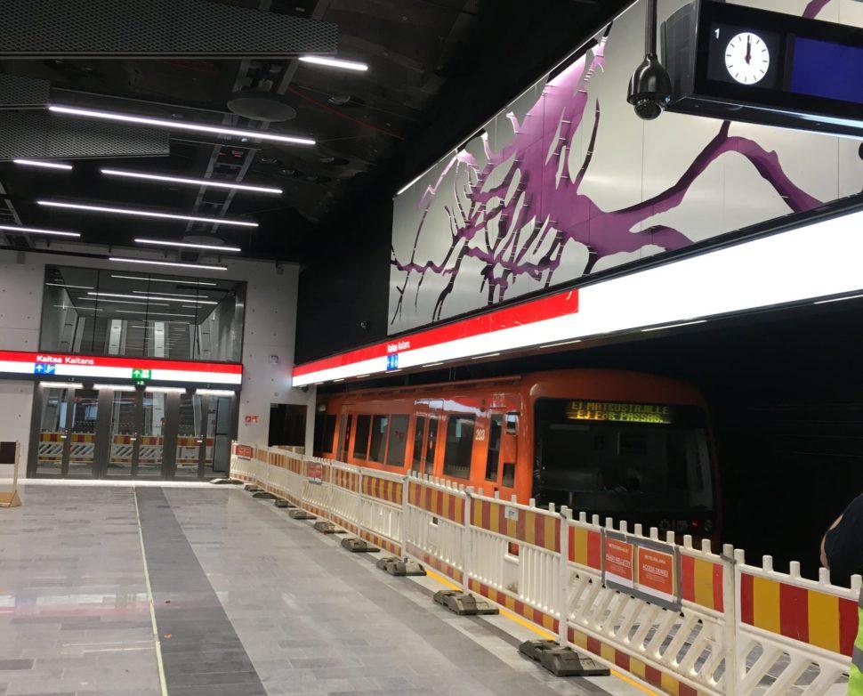 Metrojuna saapumassa Kaitaan asemalle.