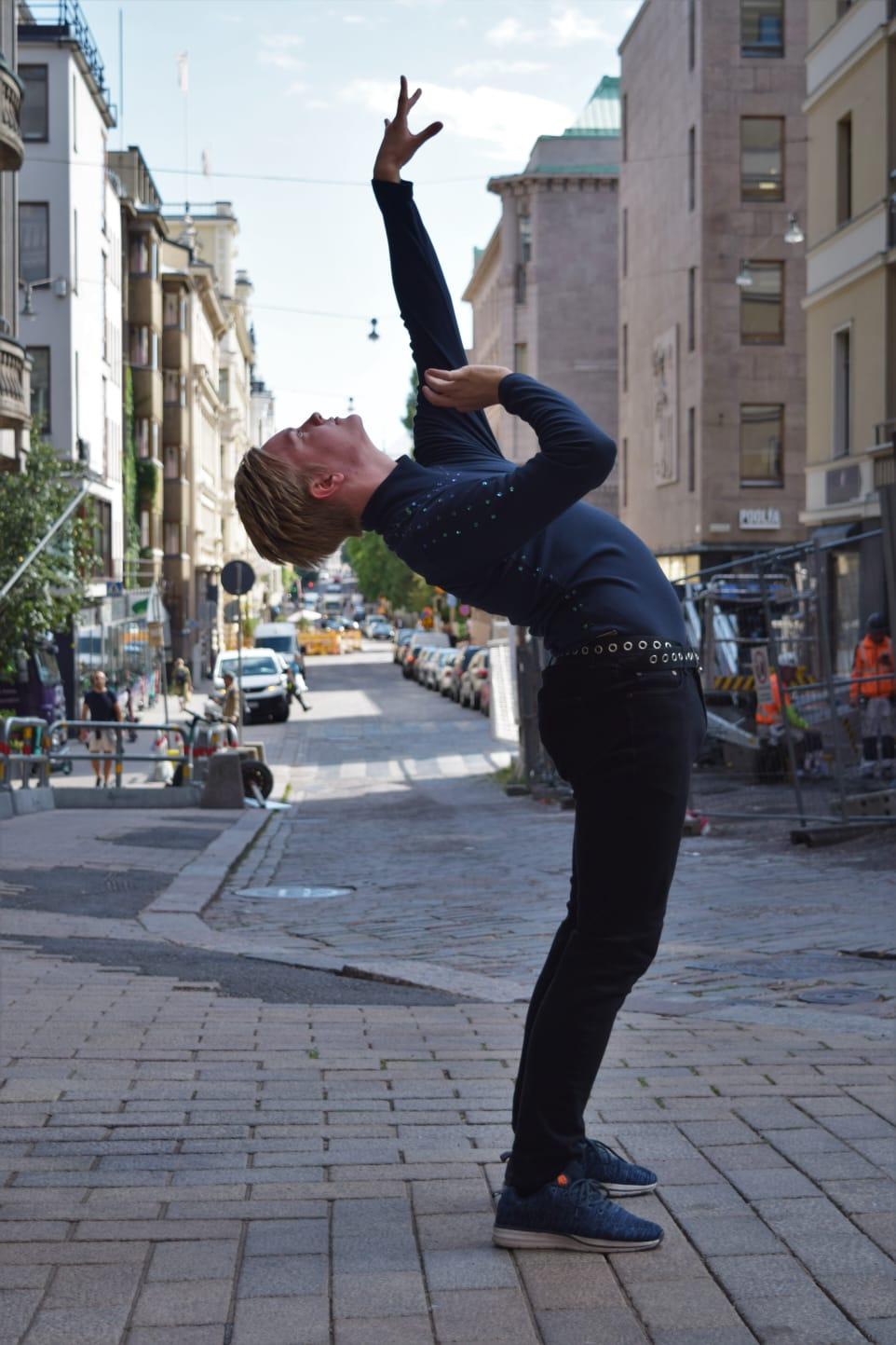 Mies tanssii kadulla.