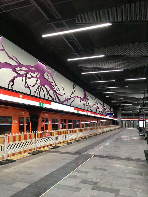 Metrojuna on Kaitaan metroasemana semalaiturilla.