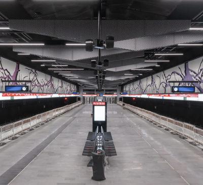 Kaitaan metroaseman laiturialueen läpi kulkee juuristojen verkosto.