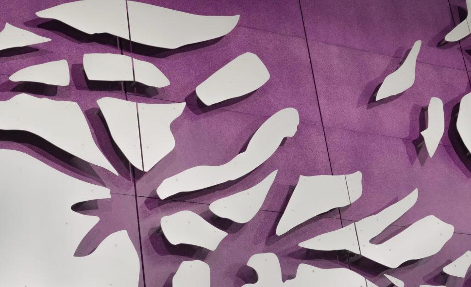 Valkoiset levyn aukoista näkyy violettia taustalevyä.