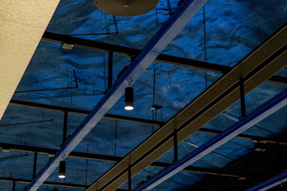Sinisessä katossa on valokuvioita.
