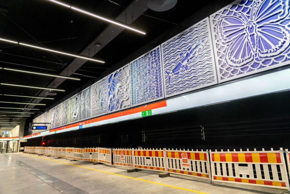 Finnoon metroaseman laiturialueen seinässä on asemataideteos. Teoksessa on useita neliötä, joissa luontoaiheisia kuvioita. Kuvioiden taustalla oleva taustalevy on värikäs.